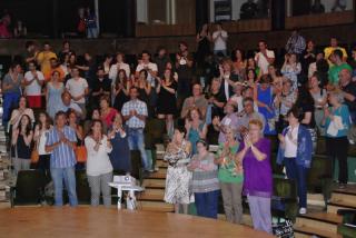 Los asistentes aplauden al finalizar la gala